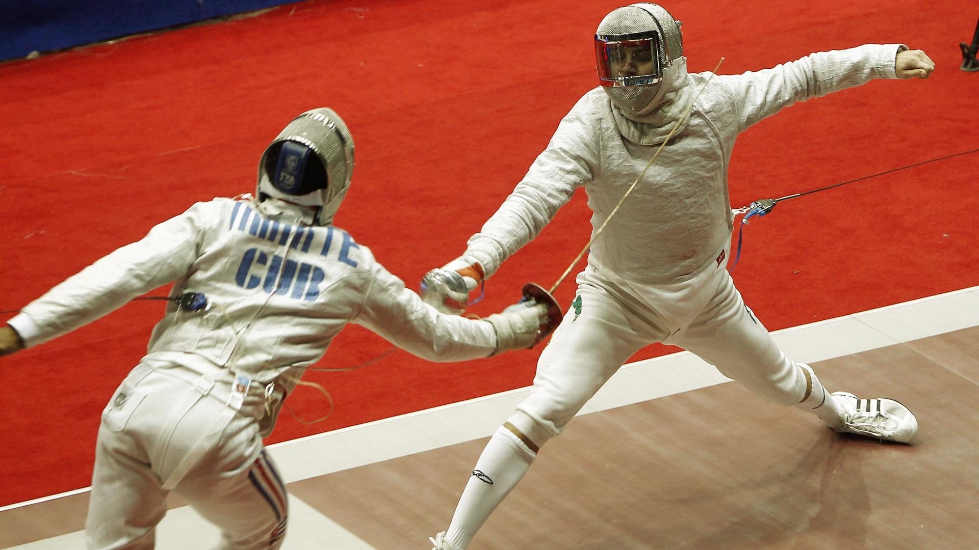 Renzo Agresta (dir.) perdeu nas quartas de final do sabre por 15 a 12 para o canadense Joseph Polossifakis (26/10/2011)