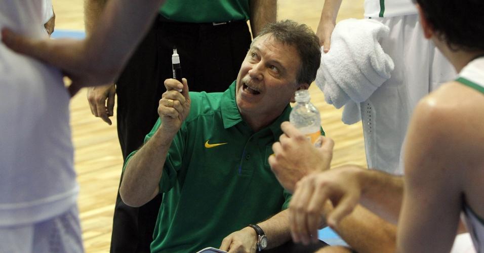 Sem terno, treinador Rubén Magnano orienta jogadores da seleção brasileira na estreia do Pan contra o Uruguai (26/10/2011)