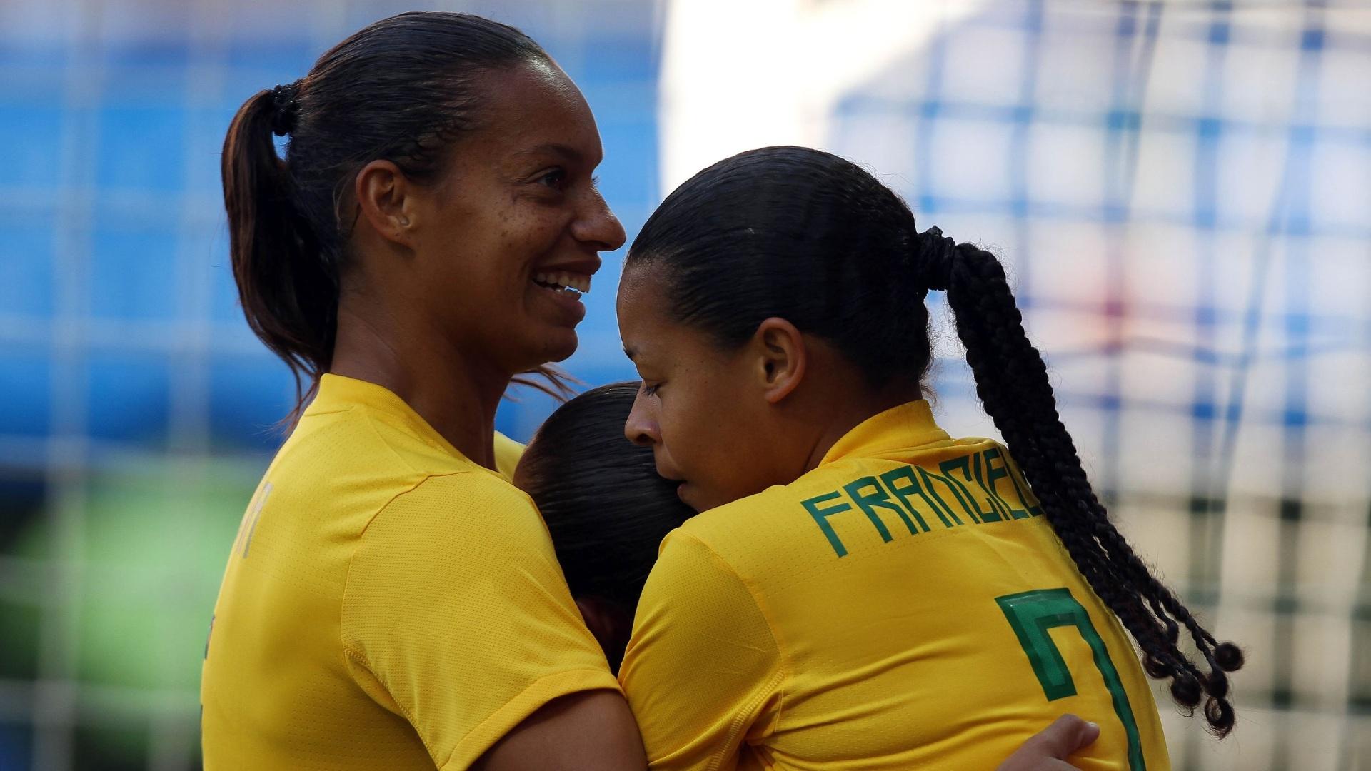 Brasileiras comemoram gol contra o Canadá, na final do futebol feminino (27/10/2011)