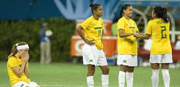 Brasileiras lamentam a derrota na final do futebol feminino no Pan, frente ao Canada