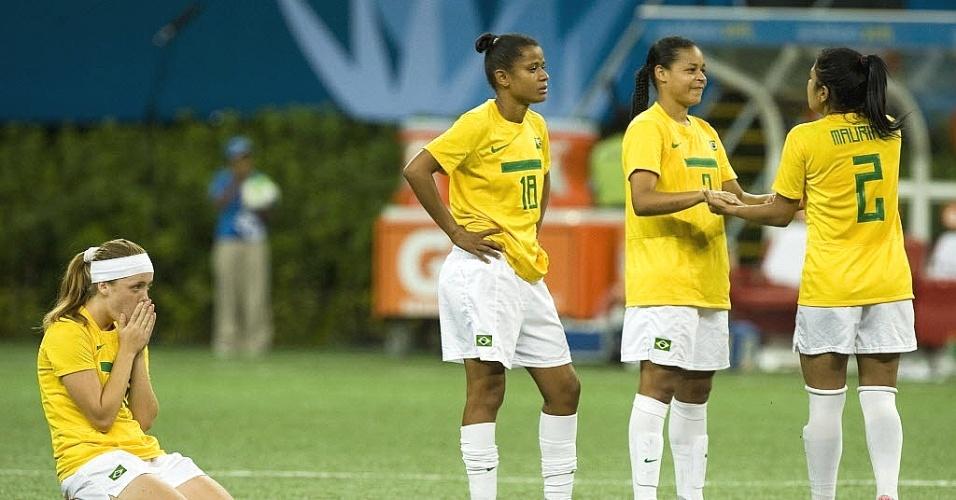 Brasileiras lamentam a derrota na final do futebol feminino no Pan, frente ao Canadá, nos pênaltis (27/)