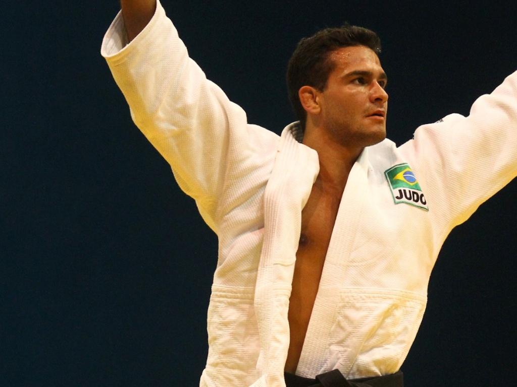 Brasileiro Leandro Guilheiro comemora vitória durante conquista da medalha de ouro no judô