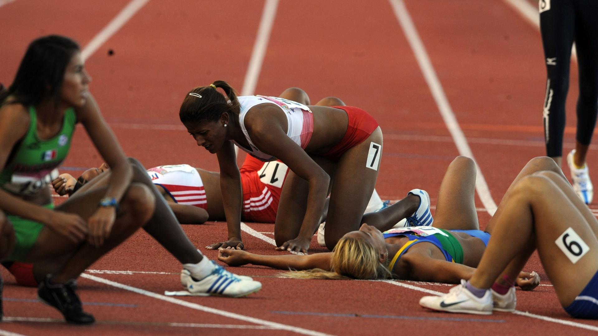 Corredoras desabam de cansaço após a prova feminina dos 400 m com barreiras, em Guadalajara
