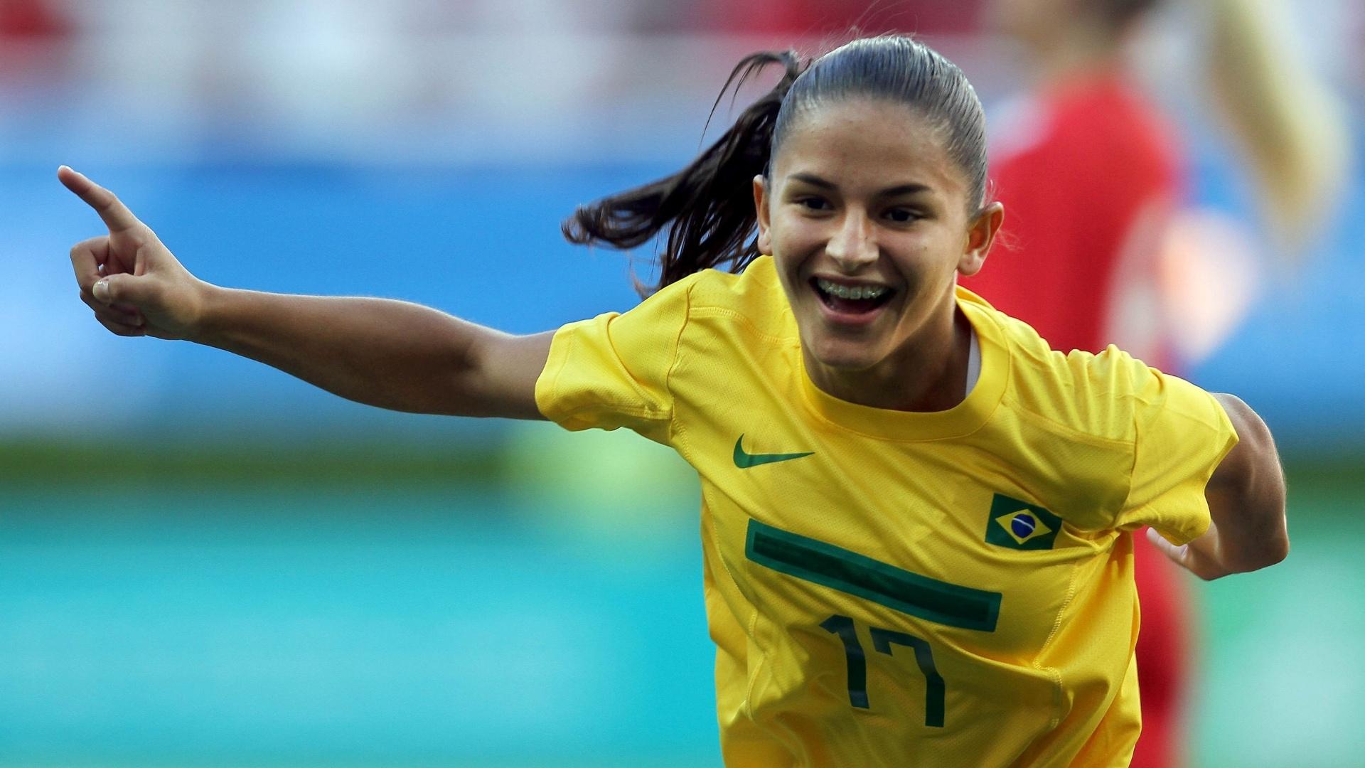Debinha abriu o placar para o Brasil contra o Canadá, na final do futebol feminino (27/10/2011)