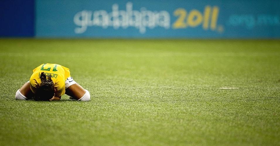 Debinha lamenta após perder pênalti que deixou o futebol feminino do Brasil com a medalha de prata no Pan-2011 (27/10/2011)
