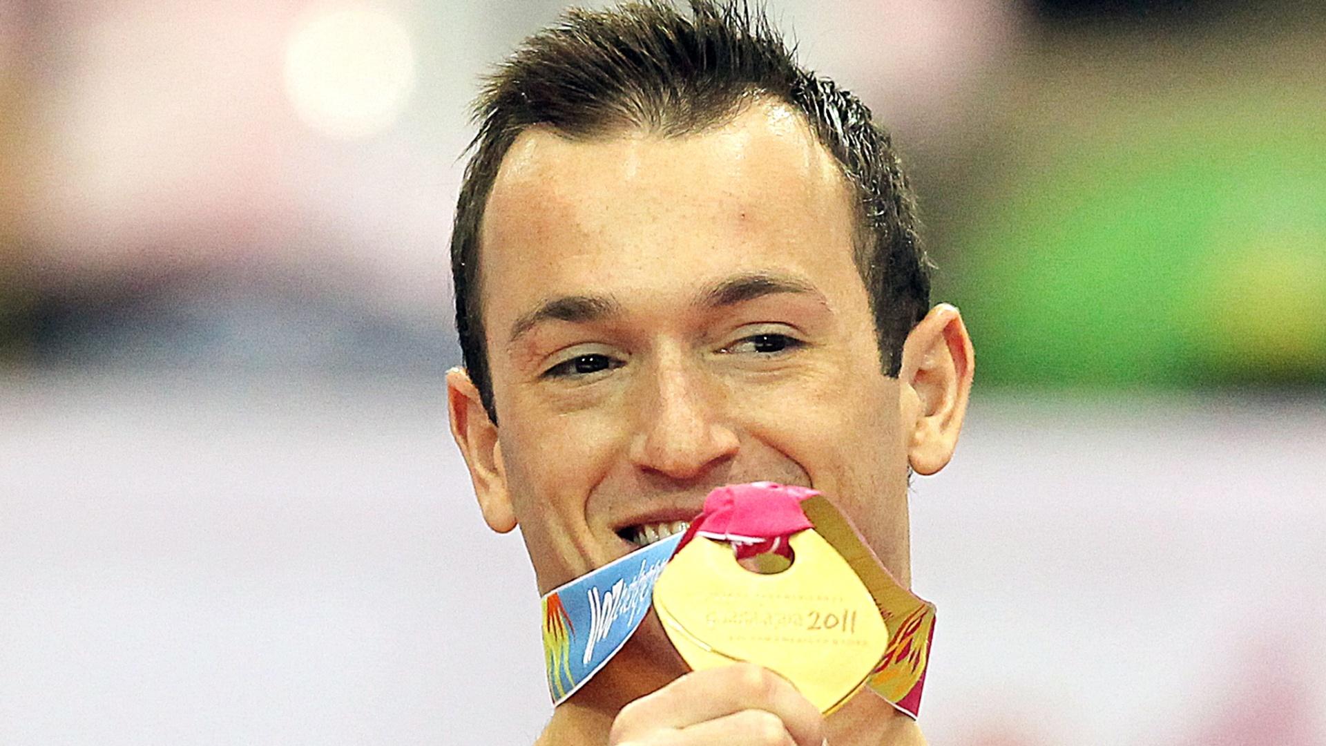 Diego Hypólito exibe a medalha de ouro conquistada no solo em Guadalajara (27/10/2011)