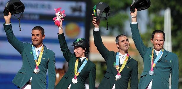 Equipe brasileira sobe ao pódio e recebe medalha de prata após disputa no hipismo