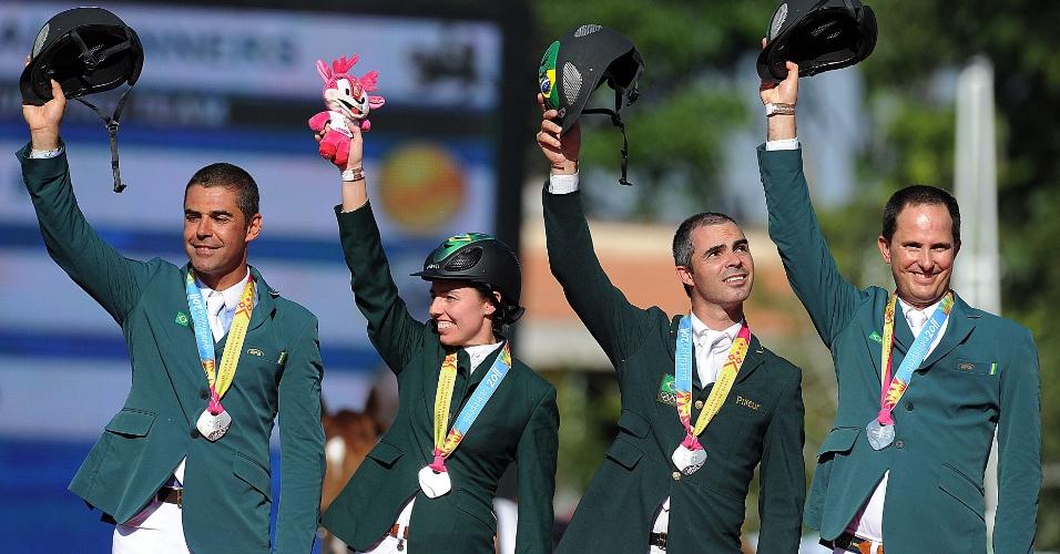 Equipe brasileira sobe ao pódio e recebe medalha de prata após disputa no hipismo do Pan (27/10/2011)