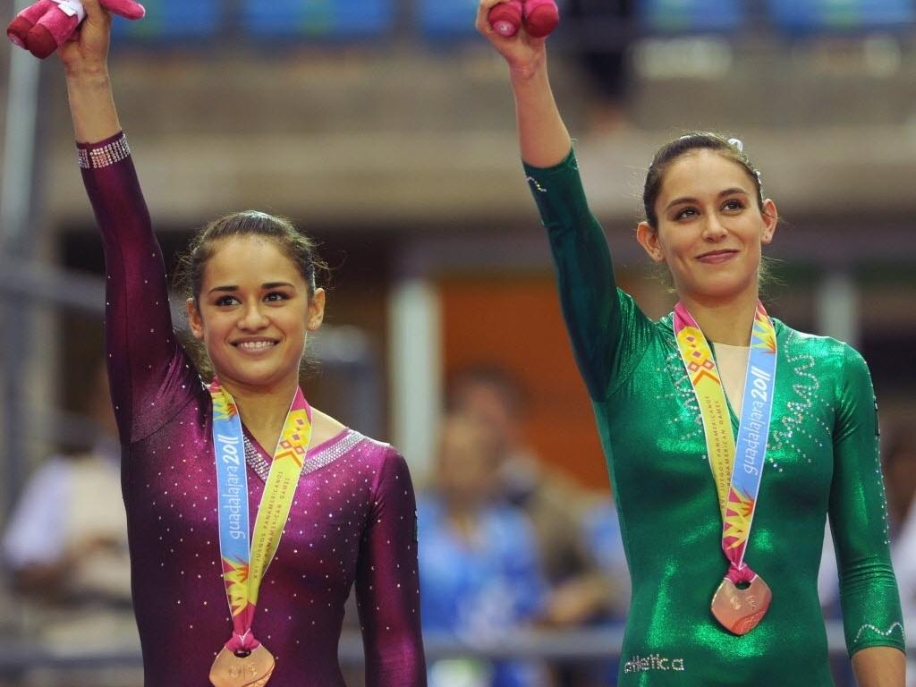 Ginastas mexicanas Elsa Garcia (E) e Marisela Cantu comemoram medalha de bronze nas barras após terminarem empatadas (27/10/2011)