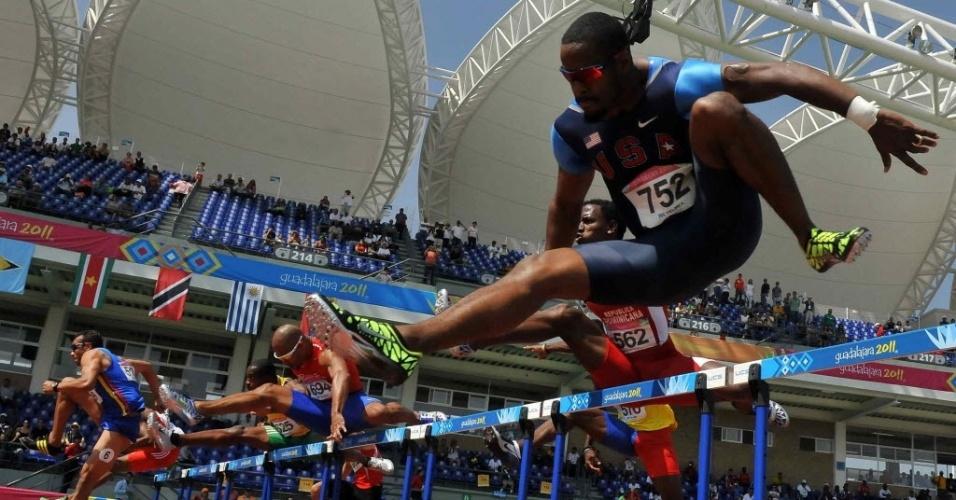 Jeffrey Porter, dos Estados Unidos, salta na prova dos 100 m com barreira em Guadalajara (27/10/2011)