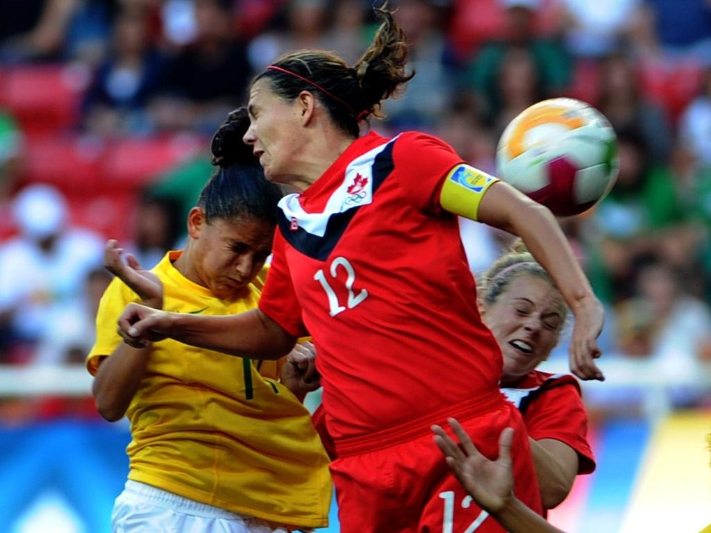 Jogadoras disputam bola pelo alto na final entre Brasil e Canadá (27/10/2011)