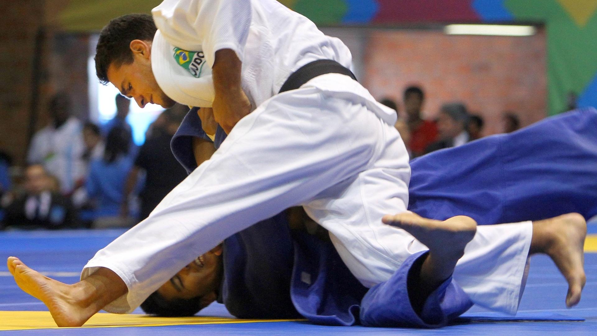 Leandro Guilheiro vence luta contra o chileno Luis Antonio Retamales pela categoria até 81 kg no Pan (27/10/2011)