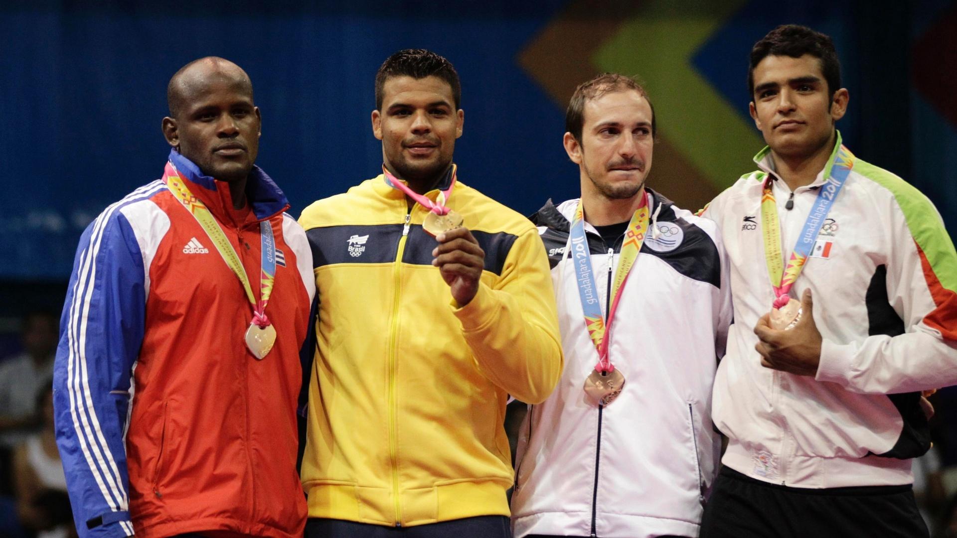 Luciano Correa exibe medalha de ouro conquistada categoria até 100 kg do judô no Pan-Americano (26/10/2011)