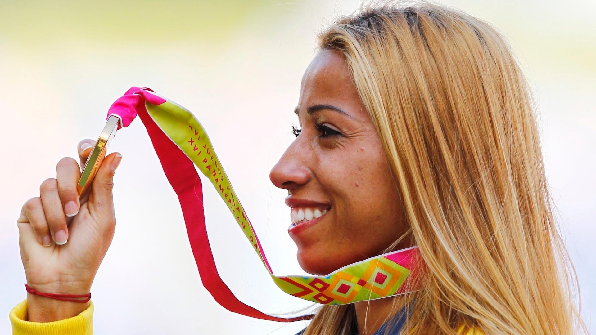 Lucimara Silvestre comemora o ouro na cerimônia de premiação do heptatlo (27/10/2011)