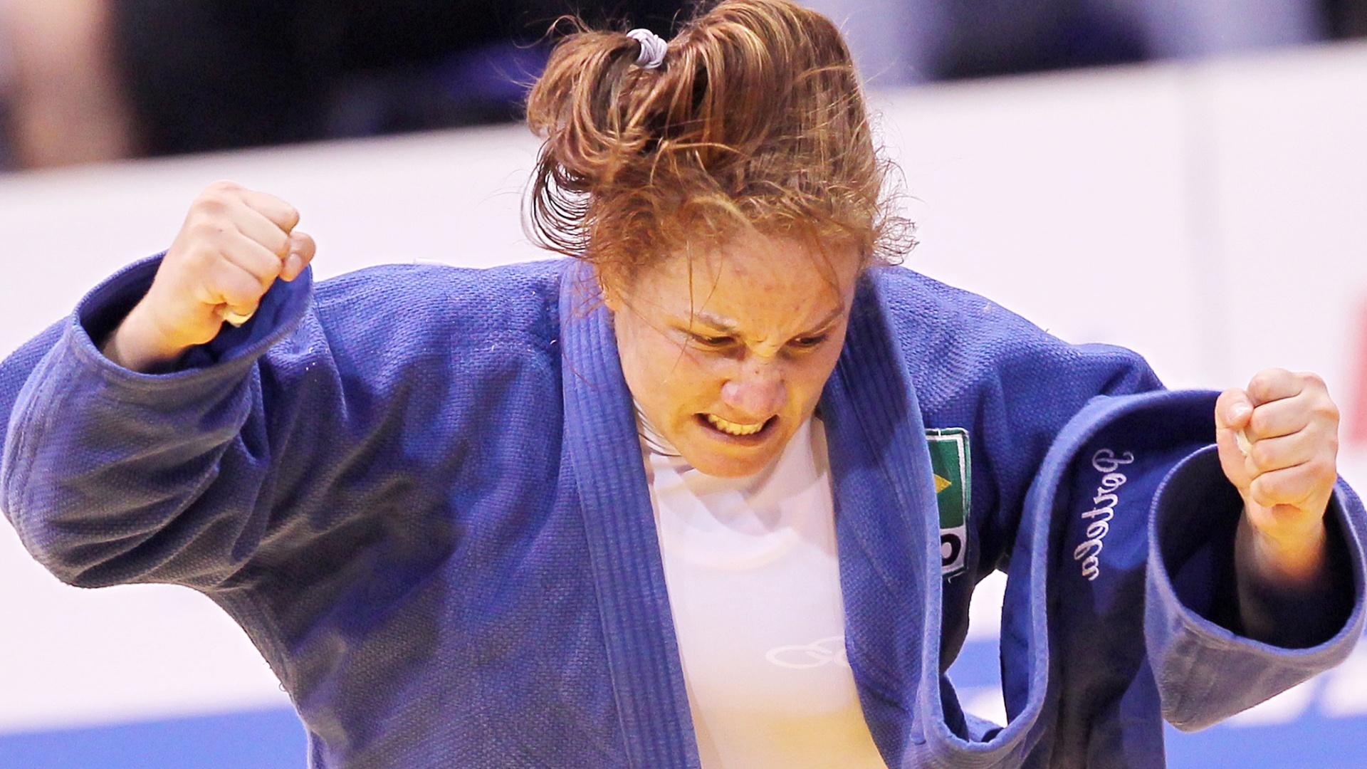 Maria Portela comemora após conquistar a medalha de bronze na categoria até 70 kg do Pan (27/10/2011)