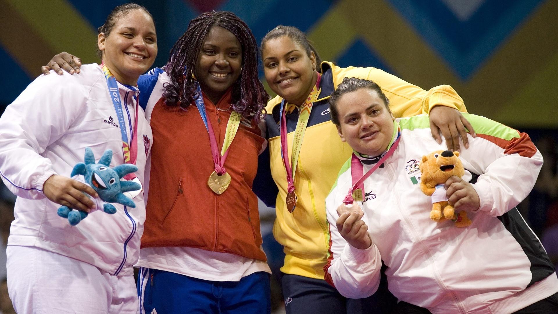 Maria Suelen Altheman sobe ao pódio para receber medalha de bronze na categoria pesado do judô (26/10/2011)