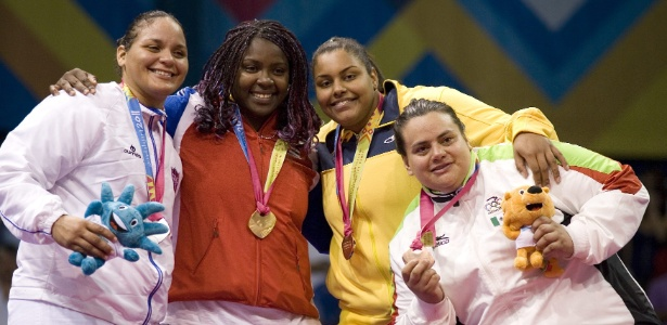 Maria Suelen sobe ao pódio para receber medalha de bronze, 100ª do Brasil