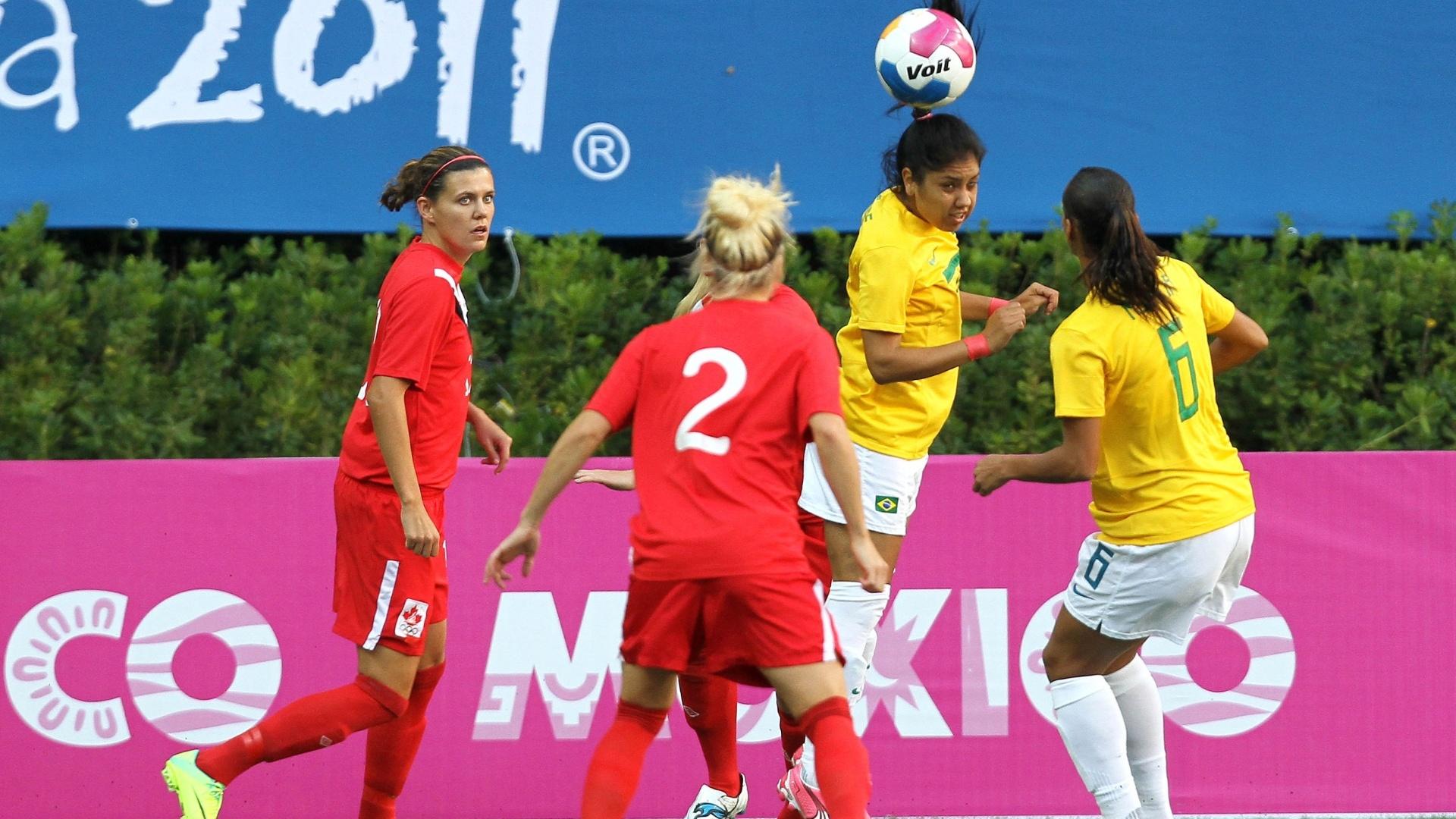 Maurine tenta jogada de cabeça na final do futebol feminino, entre Brasil e Canadá (27/10/2011)