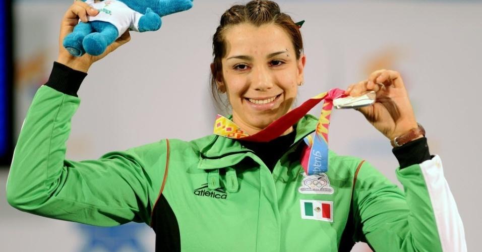 Mexicana Cinthya Dominguez comemora medalha de prata no levantamento de peso