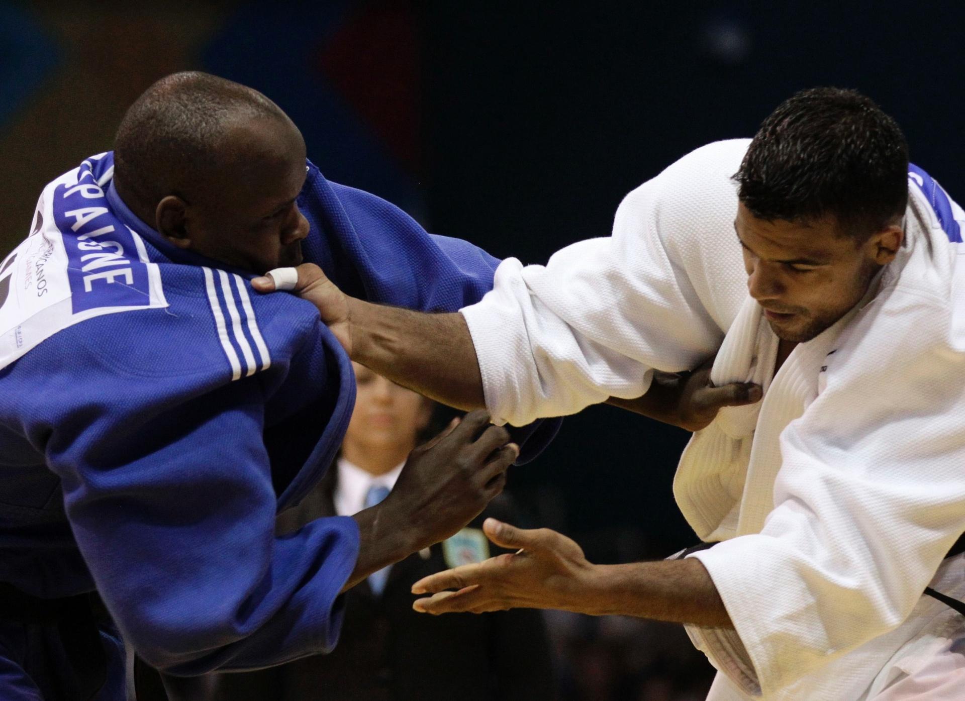 O judoca brasileiro Luciano Correa (branco) e o cubano Oreydi Despaigne em um momento carinhoso em Guadalajara