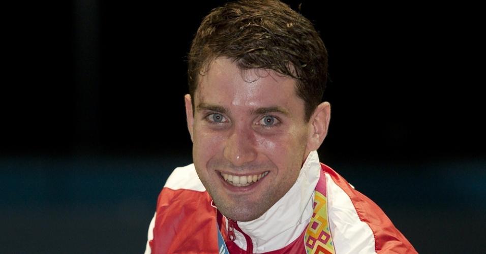 Philippe Beaudry, da equipe de esqui aquático do Canadá, mostra sua medalha de ouro, conquistada no individual