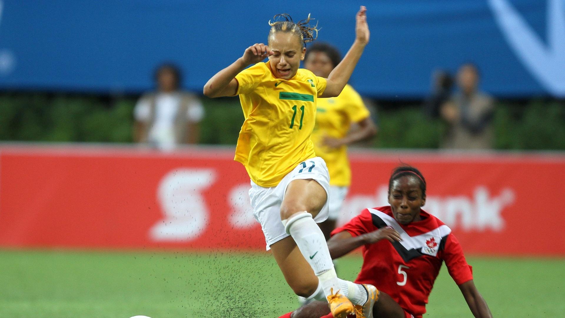 Thais tenta se livrar da marcação da adversária canadense na final do futebol feminino (27/10/2011)
