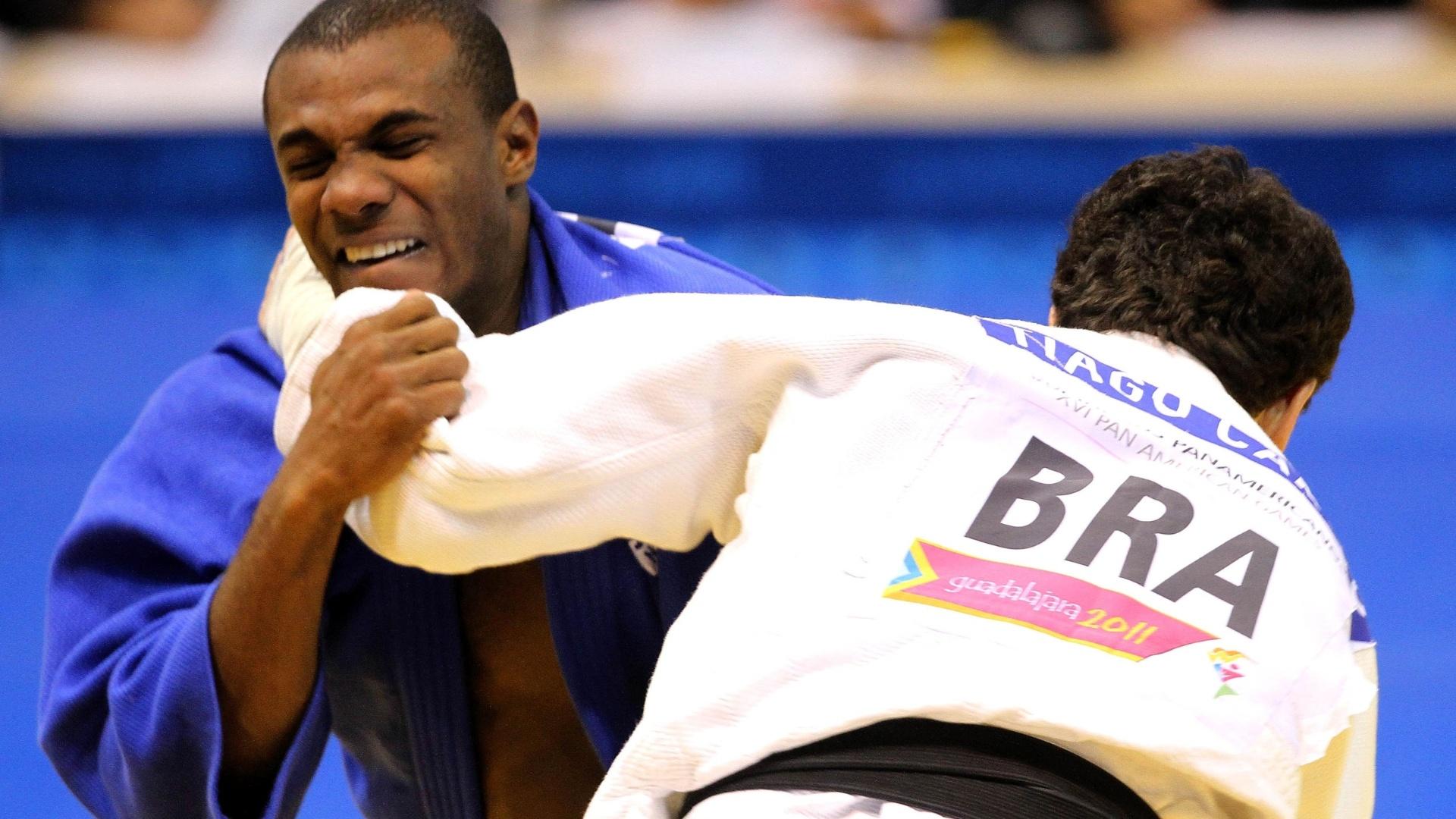 Tiago Camilo prepara ippon na luta contra o mexicano Issao Alfonso Cardenas pela categoria até 90 kg do Pan (27/10/2011)