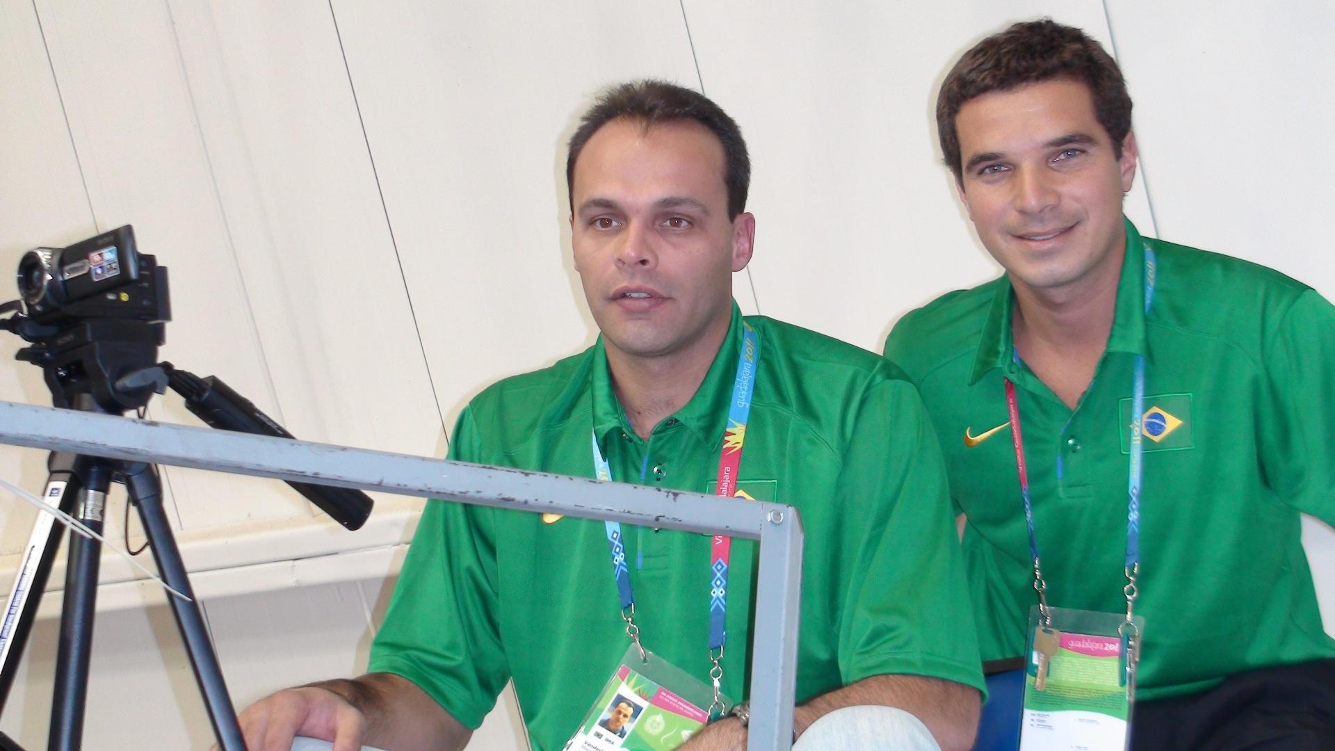 Vanderlei Mazzuchini (e) e Vinícius Alvarez improvisam funções na seleção masculina de basquete no Pan