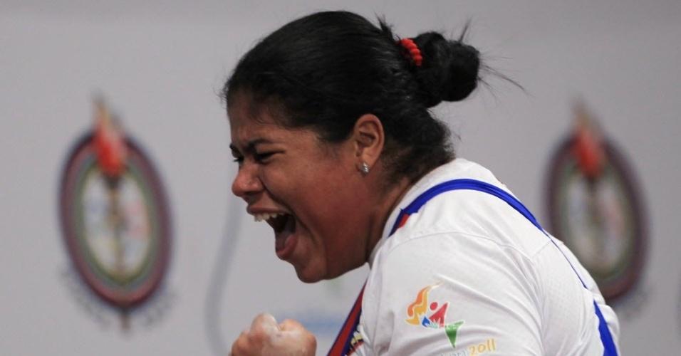Venezuelana Yaniuska Espinoza comemora após faturar a medalha de prata no levantamento de peso, na categoria acima de 75kg (27/10/20110