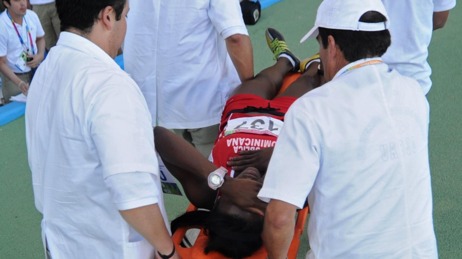 Yolanda Osana, da República Dominicana, é atendida por paramédicos após os 400 m com barreiras no Pan-Americano de Guadalajara