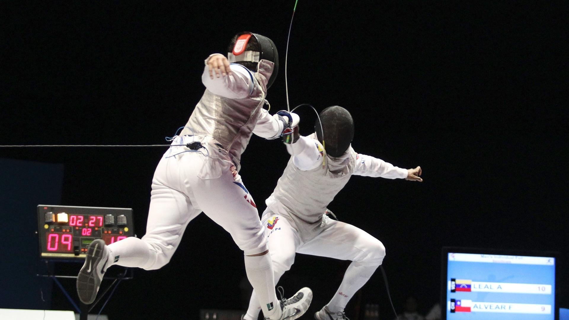 Antonio Leal (dir.) é atingido por Felipe Alvear na semifinal de florete individual (25/10/2011)