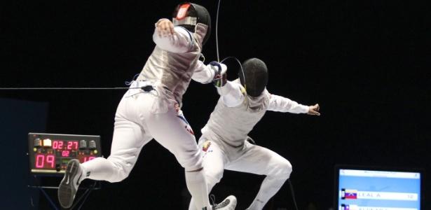 Antonio Leal (dir.) é atingido por Felipe Alvear na semifinal de florete individual no Pan