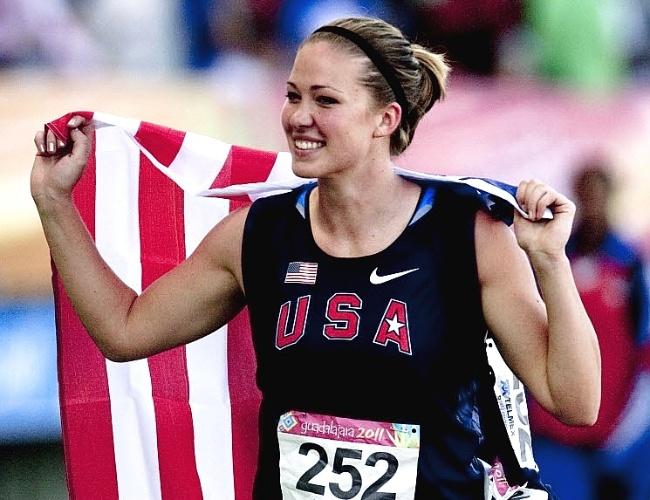 Bela norte-americana Alicia Deshasier comemora o ouro no lançamento de dardo no atletismo do Pan-2011 (27/10/2011)