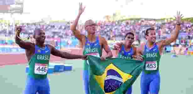 Nilson André, Sandro Viana, Ailson Feitosa e Bruno Lins comemoram o ouro no Pan - AFP PHOTO ANTONIO SCORZA