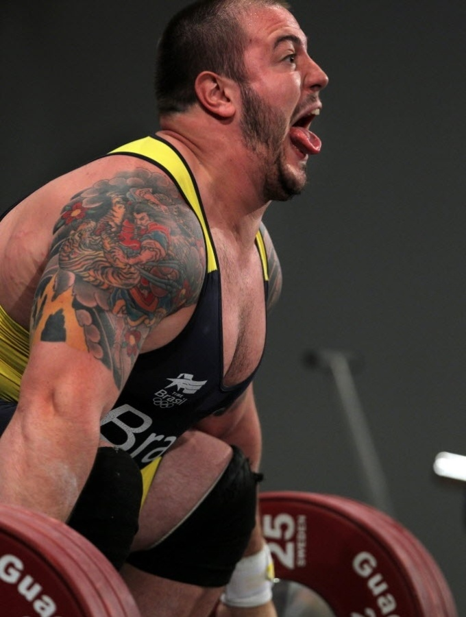 Brasileiro Fernando Reis se esforça durante conquista do ouro na categoria mais de 105 quilos de levantamento de peso