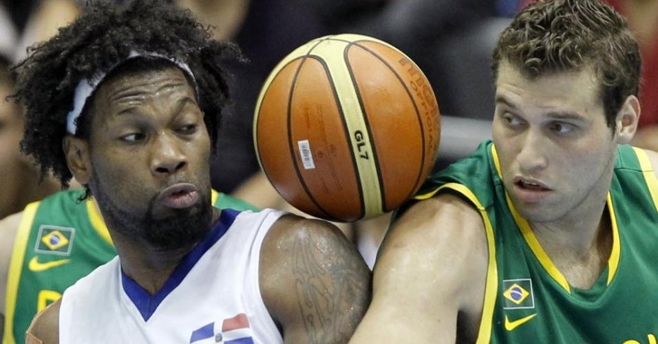 Brasileiro Guilherme Hubner e dominicano Yack Martinez não se entendem com a bola (28/10/2011)