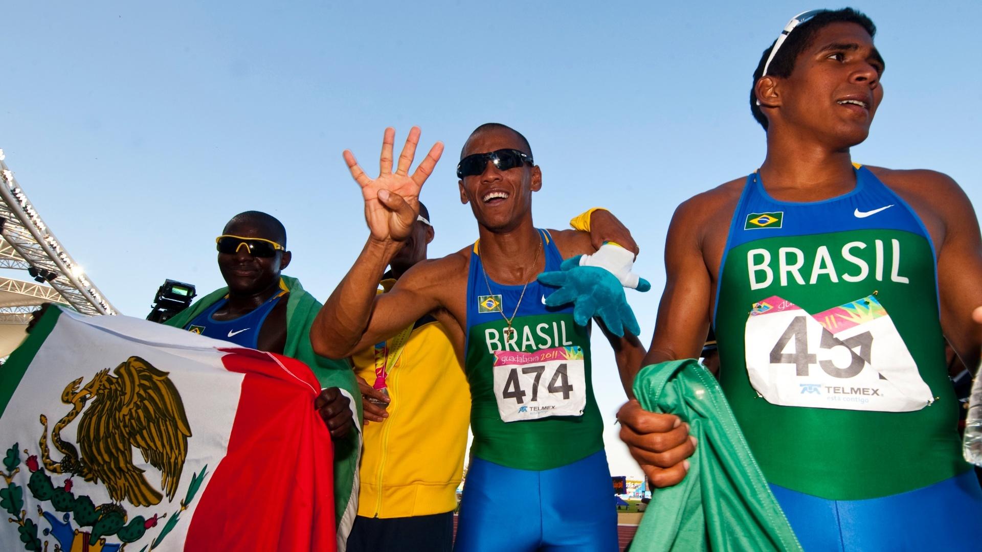 Brasileiros vibram com o ouro conquistado no revezamento 4x100 m (28/10/2011)