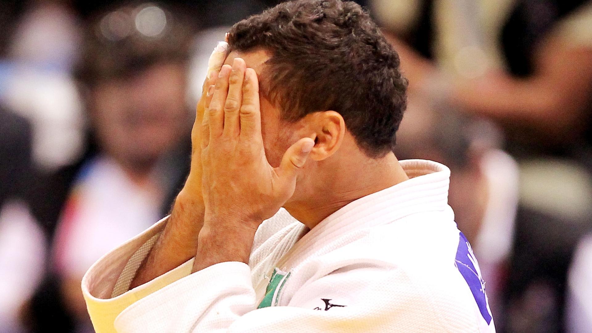 Bruno Mendonça coloca as mãos no rosto após confirmar ouro no Pan com ippon em 20 segundos (28/10/2011)