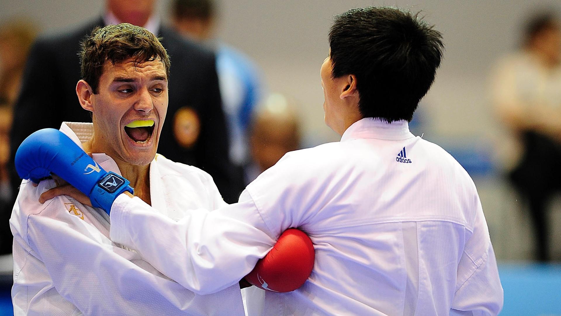 Douglas Brose (esq.) teve uma vitória e dois empates na fase de classificação e avançou às semifinais do caratê, na categoria até 60kg (28/10/2011)