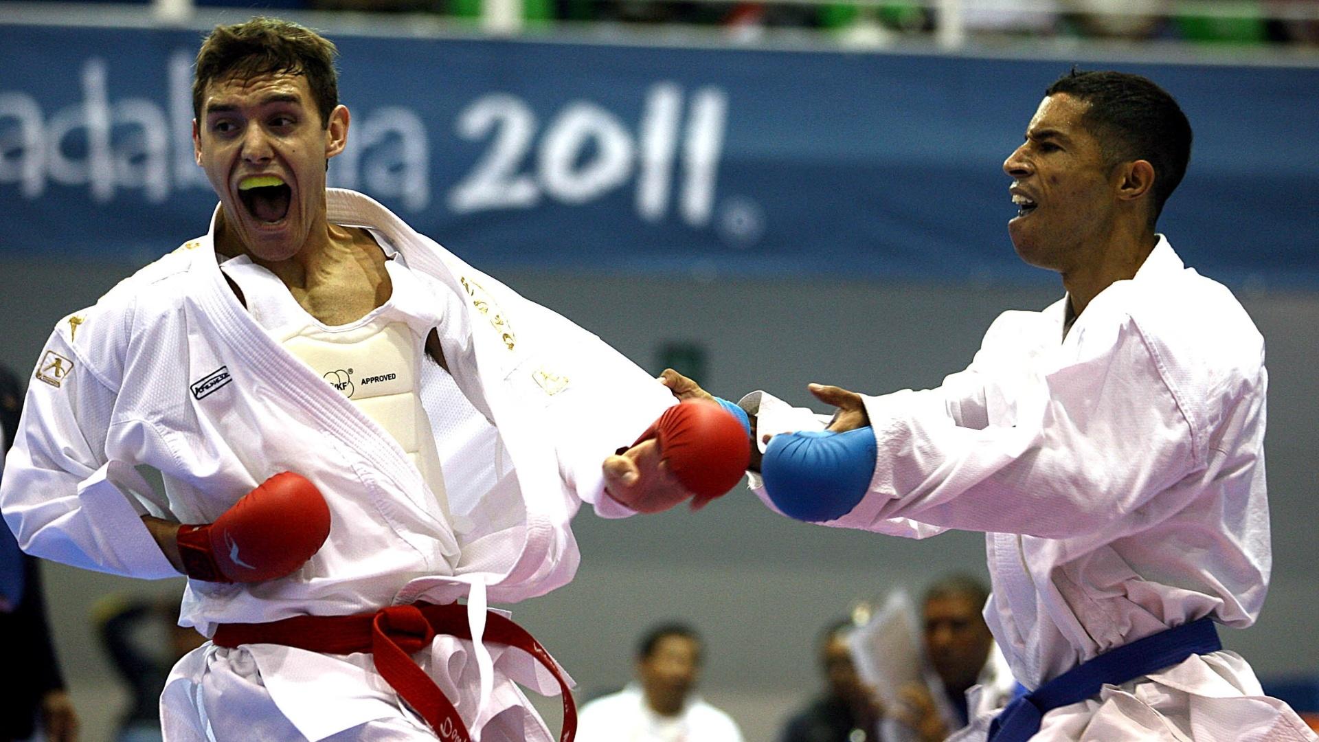 Douglas Brose (esq.) passou às semifinais do caratê, categoria até 60kg (28/10/2011)
