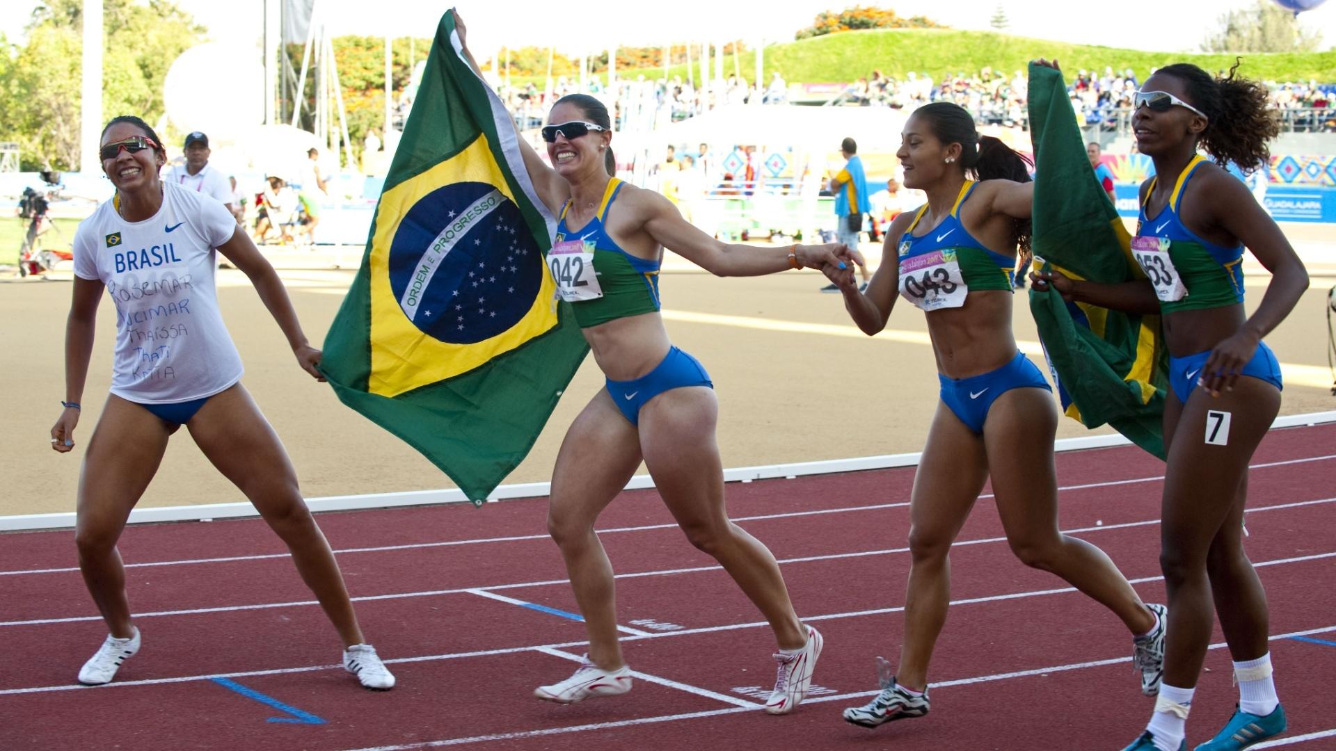 Equipe do revezamento 4x100 m comemora o ouro no Pan de Guadalajara (28/10/2011)