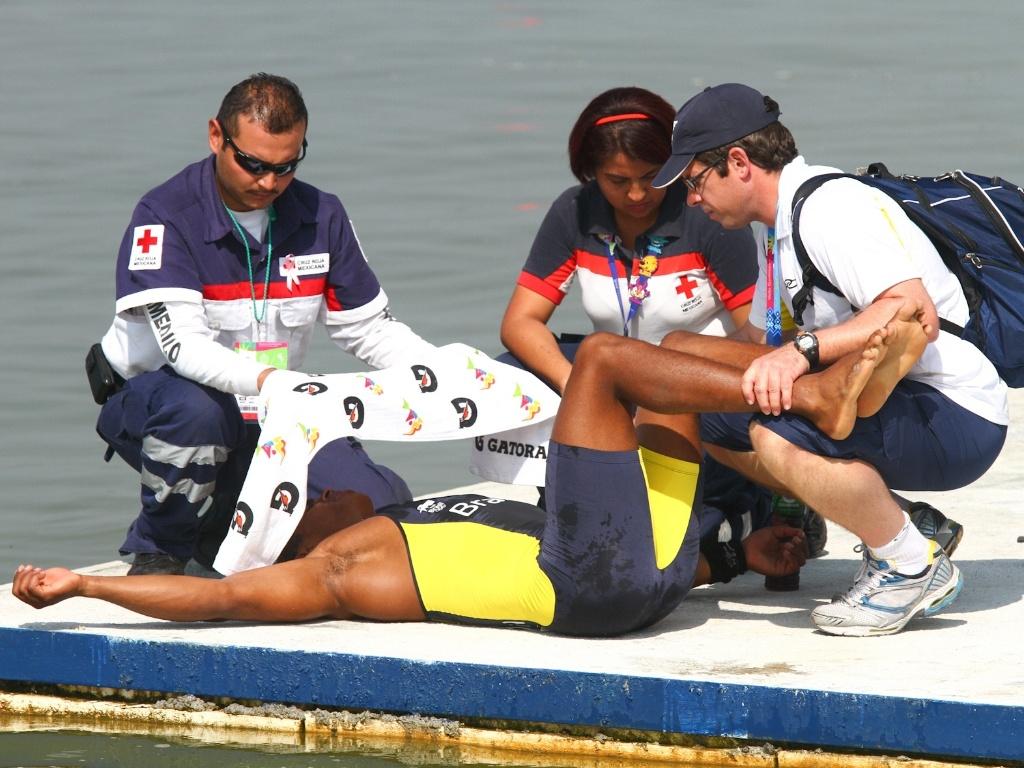 Erlon Silva, que ganhou a medalha de prata ao lado de Ronilson Oliveira, é atendido pelos médicos (28/10/2011)