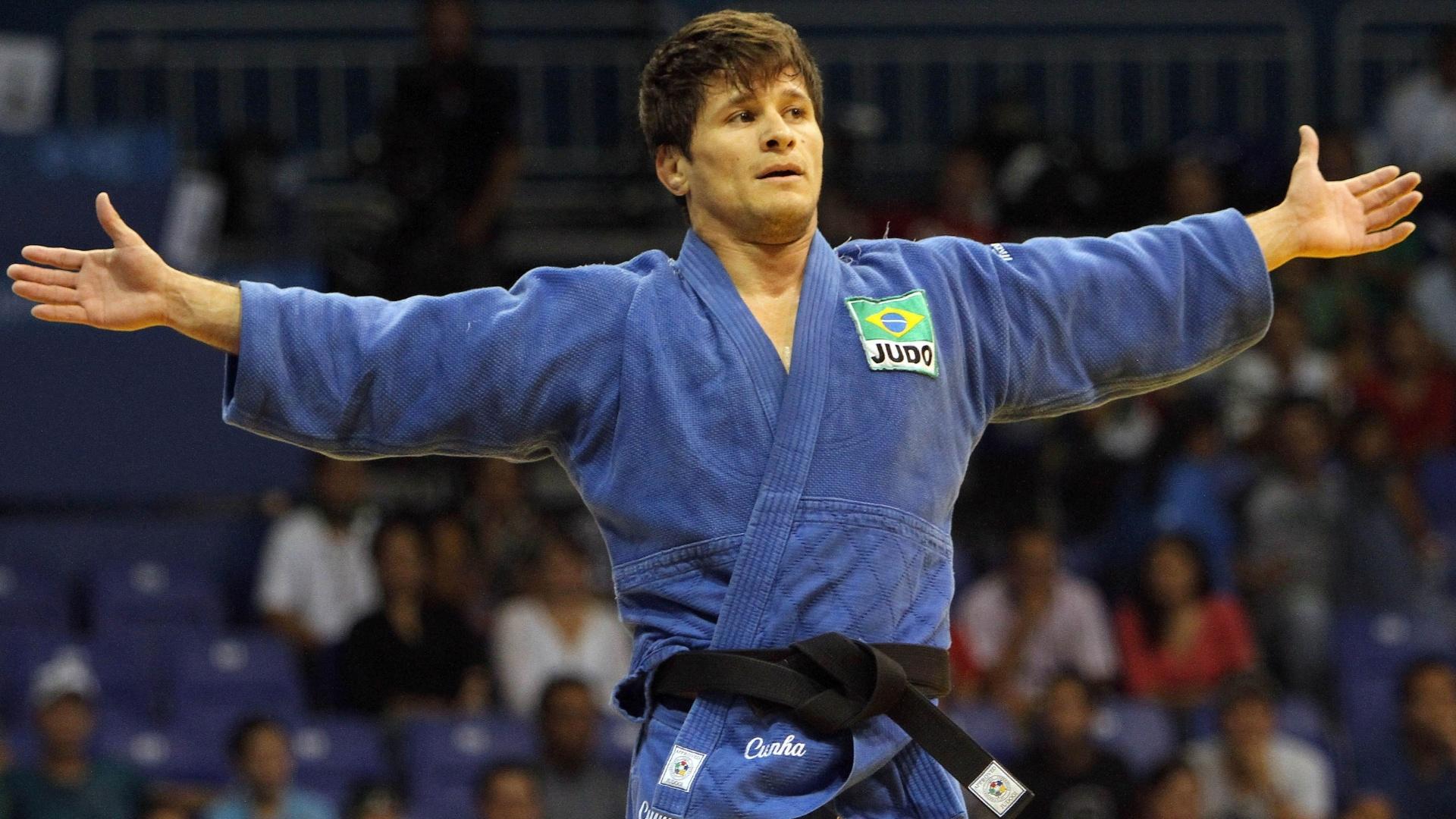 Leandro Cunha, o Coxinha, comemora medalha de ouro na categoria meio-leve do Pan de Guadalajara (28/10/2011)