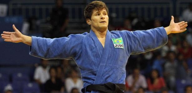 Leandro Cunha, o Coxinha, comemora medalha de ouro na categoria meio-leve do Pan