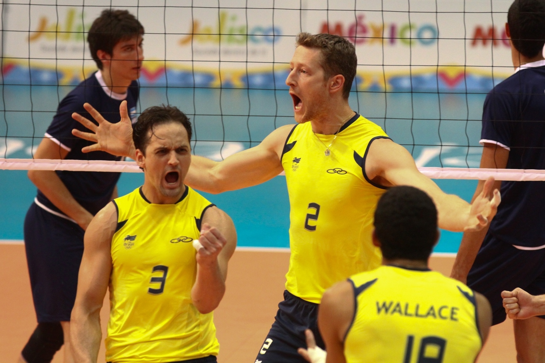 Lipe, Gustavo e Wallace vibram após ponto brasileiro na semifinal do vôlei, contra a Argentina (28/10/2011)