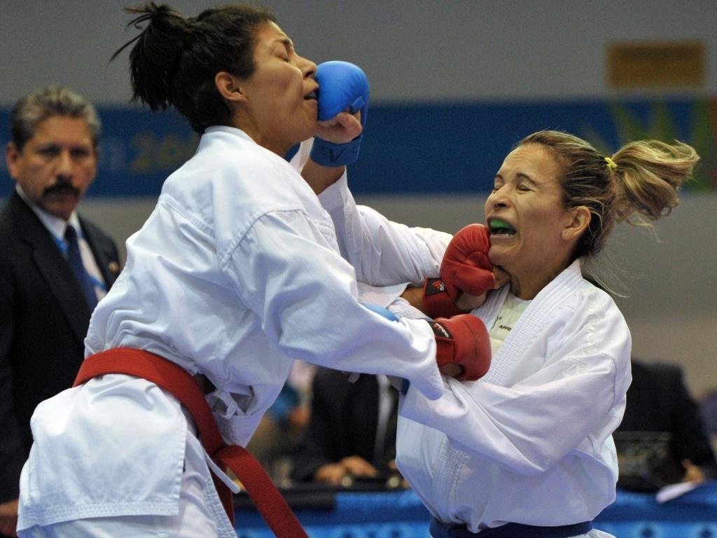 Lucélia Ribeiro encara Yoli Guillen, da Venezuela, em duelo pelo caratê no Pan-2011 (29/10/2011)