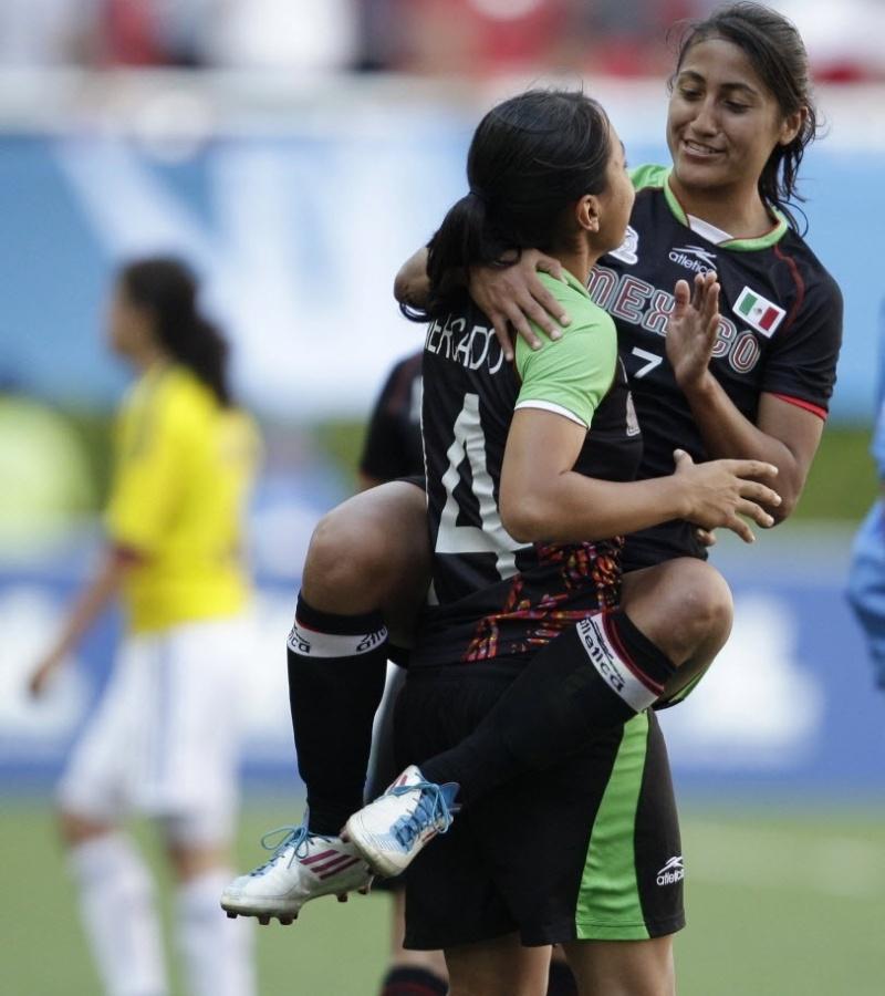 Mexicanas Liliana Mercado (14) e Sandra Mayor comemoram durante jogo da medalha de bronze no futebol
