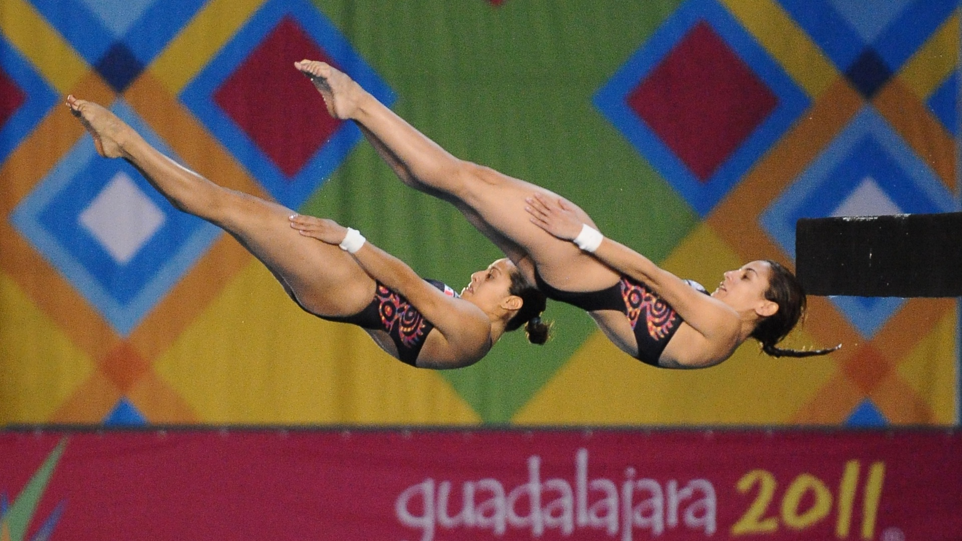 Mexicanas Paola Espinoza (esq.) e Tatiana Ortiz (dir.) fazem exibição na plataforma de 10 m durante os Jogos de Guadalajara
