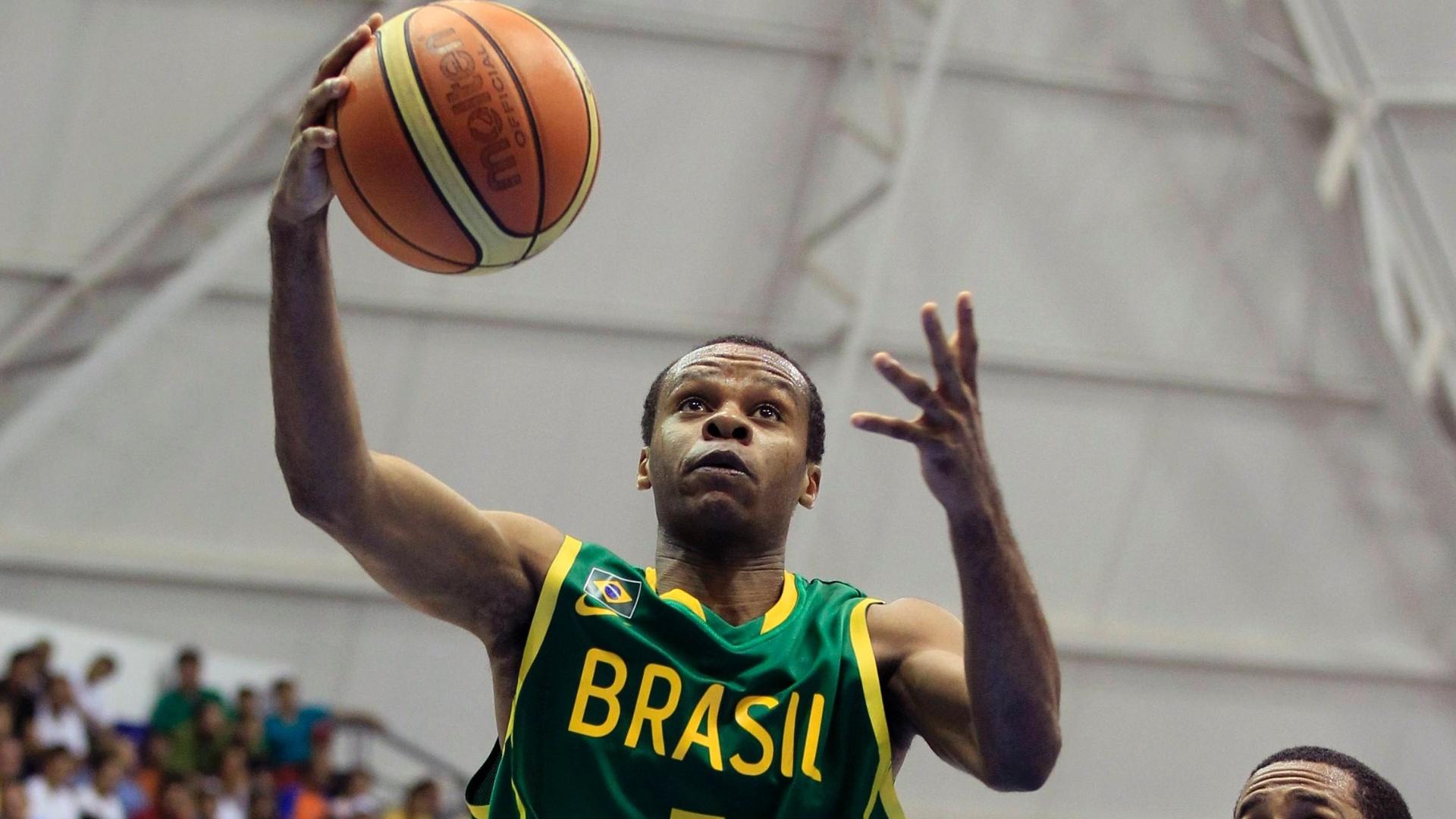 Nezinho prepara arremesso em fracasso brasileiro diante da República Dominicana pelo basquete do Pan (28/10/2011)