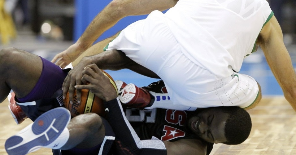 O norte-americano Jerome Dyson e o brasileiro Marcelinho Machado se enroscaram durante partida de basquete entre EUA e Brasil pelo Pan de Guadalajara (28/10/2011)